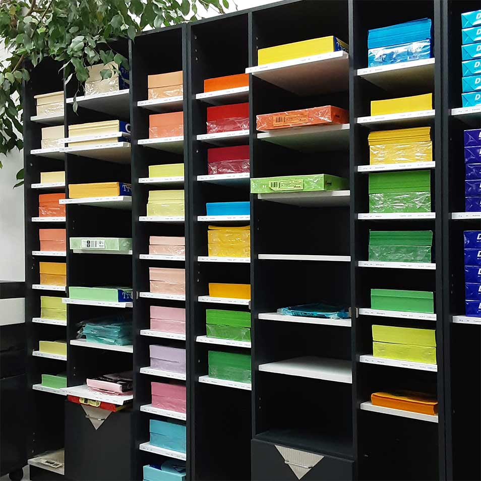 farbiges Papier im Regal